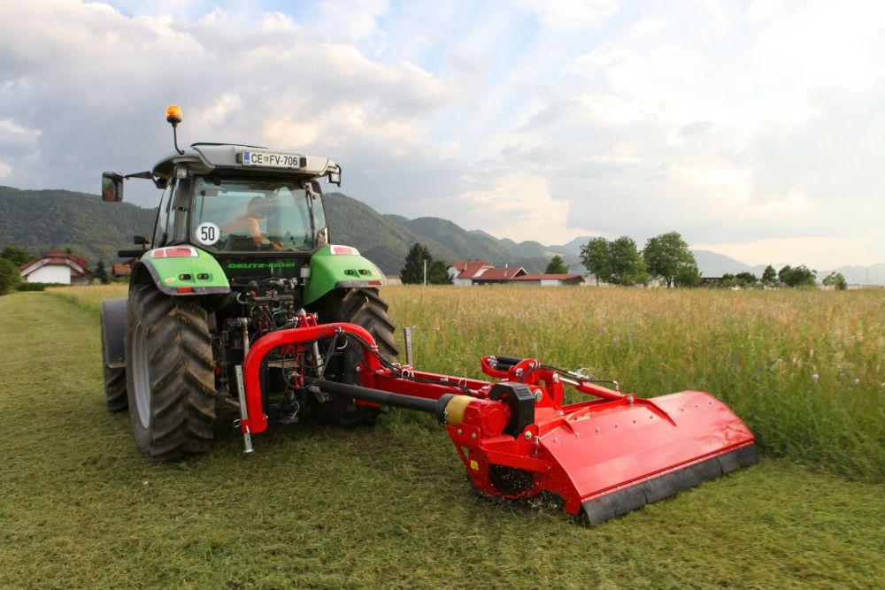Seitenmulchgeräte auf einem Traktor